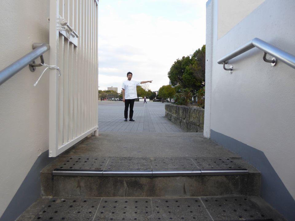 階段を昇ったら右折