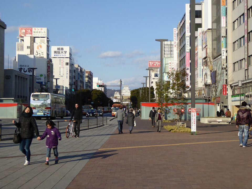 正面に姫路城が見えます